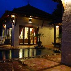 Bazén s terasou - noční pohled